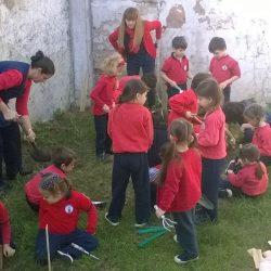 Preparación de una huerta en la placita del Jardín  - Sala 5 años